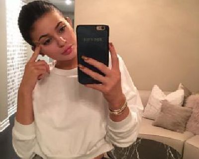 Kylie Jenner No Makeup Look - 11