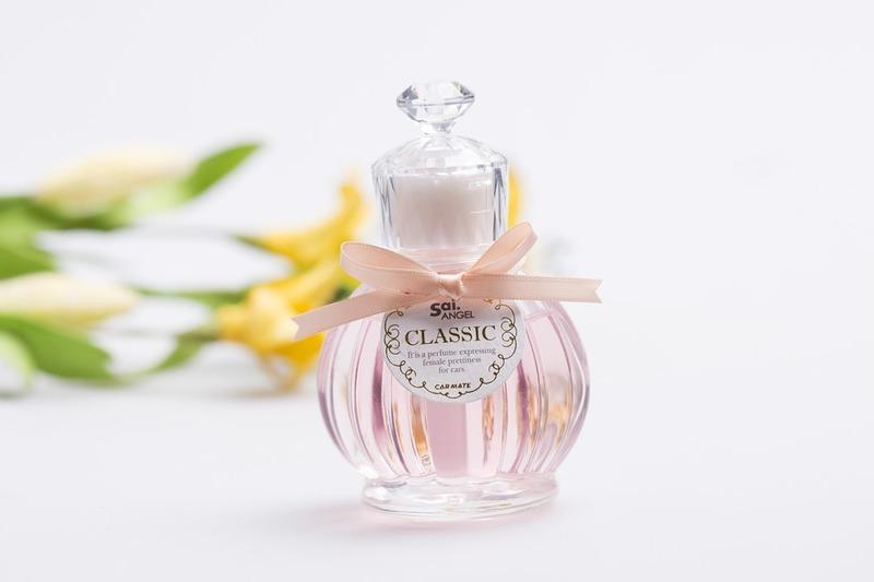 https://cdn.pixabay.com/photo/2015/03/18/05/19/perfume-678828_960_720.jpg