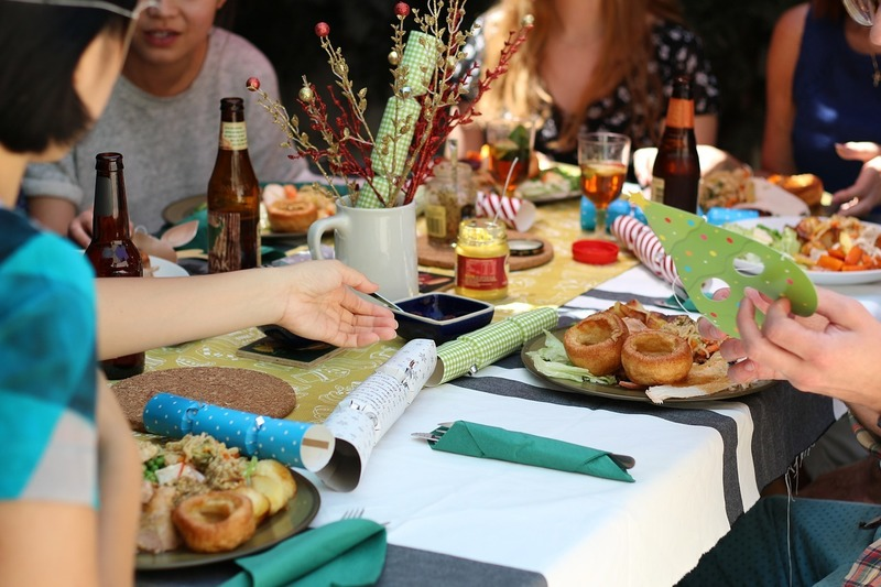 https://pixabay.com/en/friends-celebration-dinner-table-581753/