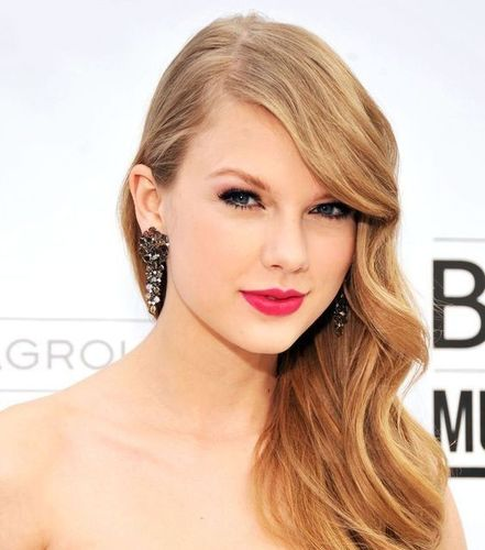 Parted_hairstyle_taylor_swift