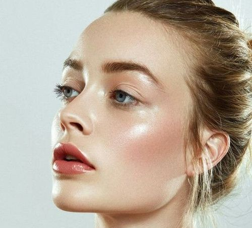 Glossy-makeup-beauty-trend-2019