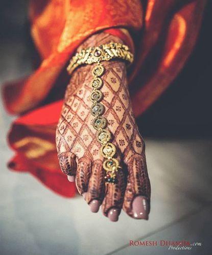 Elegant Cross Net Mehndi For Brides